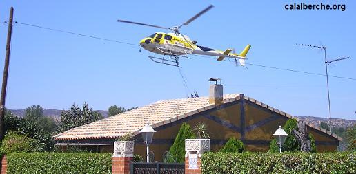 Helicóptero sobrevolando los tejados de algunos chalets.