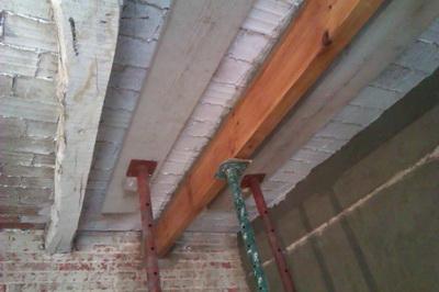 Substitución bigas madera en mal estado Caldes 2013